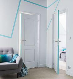 """L'idée : avec de la peinture couleur ou du masking-tape, vous tracez des lignes sur les murs et la tranche des portes pour un résultat qui a du punch. Peinture """"Chance"""", 35,95 euros les 2,5 L, Castorama. En savoir plus sur http://www.cotemaison.fr/atelier-deco/diaporama/50-euros-pour-rebooster-votre-deco_22248.html#Xwp0p8cHBcHwMVC5.99"""