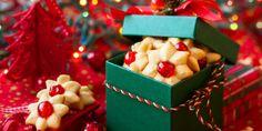 Μια από τις πιο κλασικές χριστουγεννιάτικε μυρωδιές, μαζί με την κανέλλα, είναι και αυτή του βουτύρου! Μια συνταγή λοιπόν για να μυρίσει το σπίτι βούτυρο!   | GASTRONOMIE | iefimerida.gr | μπισκότα, Χριστούγεννα, ΧΡΙΣΤΟΥΓΕΝΝΑ 2019, χριστουγεννιάτικα μπισκότα, συνταγή, συνταγή 3 υλικά Holiday Gifts, Christmas Gifts, Coconut Macaroons, Edible Gifts, Homemade Gifts, Christmas Home, Raspberry, Bakery, Tasty