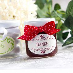 Selbstgemachte Marmelade als Gastgeschenk für die Hochzeit: https://www.meine-hochzeitsdeko.de/Gastgeschenk-Marmeladen-Glaeschen-Einweckglas