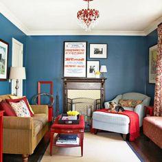 blaue Wand mit roten Möbeln