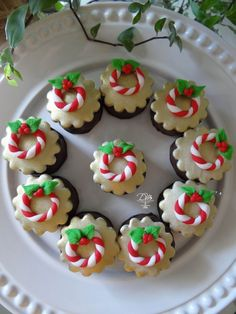 35 Easy Christmas Cookie ideas - Easy Ideas for Holiday dessert : Easy Christmas cookies ideas to try this year! Try best cookie ideas for holiday dessert. Decorated, grinch, make them with your kids! Christmas Sweets, Christmas Cooking, Kids Christmas, Christmas Cakes, Fondant Cupcakes, Baking Cupcakes, Easy Holiday Desserts, Holiday Ideas, Holiday Tree