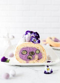Lila Biskuitrolle mit Heidelbeeren