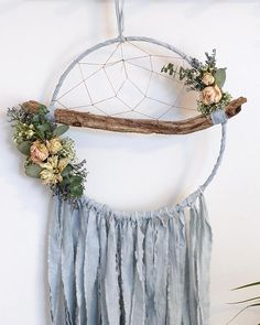 Baby Blue Branch Dreamcatcher with Dried Flowers Lace Dream Catchers, Dream Catcher Art, Crafts To Make, Home Crafts, Arts And Crafts, Deco Floral, Macrame Design, Macrame Tutorial, Boho Diy