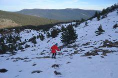 Esther bajando por la ladera nevada en Pico Urbión