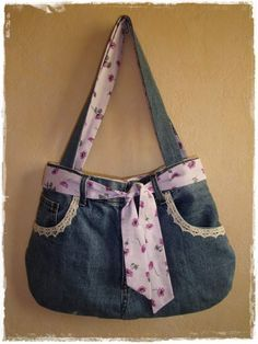 The idea came during my visit to the embroidery salon of Saint-Aignan. In fact there was a lady who exhibited and sold handbags made in old jeans. I knew I had an old jeans hole in my wardrobe of fabrics, and a pretty … - Denim Bag Tutorial, Tunic Tutorial, Dame, Jean Purses, Denim Ideas, Denim Crafts, Handbag Patterns, Boho Bags, Recycled Denim