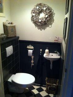 Toilet landelijk. Antraciet. Gietijzeren accesoires.