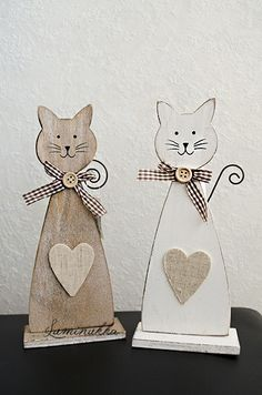 Istuvat puukissat, harmaanruskea ja valkoinen, korkeus 22 cm // Sitting wooden cats, grayish brown and white, height 22 cm  Ruskea kissa löytyy täältä: http://www.kauppa.luminukka.fi/product_info.php?cPath=23_129&products_id=843