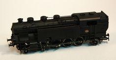 Locomotora vapor SNCF 1-4-1: Locomotora vapor SNCF 1-4-1, totalment negra amb un cartell identificatiu de la SNCF i la part davantera en vermell. La part inferior de la cabina està molt detallada. Locomotora vapor SNCF 1-4-1: Locomotora de vapor SNCF 1-4-1, totalmente negra con un cartel identificativo de la SNCF y la parte delantera en rojo. La parte interior de la cabina está muy detallada
