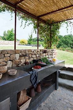 Outdoor Kitchen Ideas - Obtain our finest suggestions for exterior kitchens, consisting of captivating exterior kitchen design, backyard decorating suggestions, and also images of outside kitchen areas. Backyard Kitchen, Summer Kitchen, Outdoor Kitchen Design, Kitchen Decor, Kitchen Layout, Diy Patio Kitchen Ideas, Patio Ideas, Out Door Kitchen Ideas, Kitchen Sink