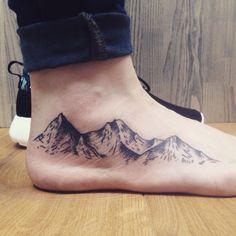 30 Epische Berg Tattoo Ideen Source tattoo designs, tattoo, small tattoo, me Miami Ink Tattoos, Foot Tattoos, New Tattoos, Small Tattoos, Girl Tattoos, Tatoos, Wave Tattoo Foot, Trendy Tattoos, Tattoos For Women