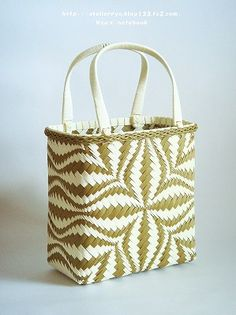 another pattern I cannot read but have to pin anyway Bamboo Weaving, Willow Weaving, Basket Weaving, Paper Weaving, Weaving Art, Paper Basket, Basket Bag, Bamboo Basket, Plastic Baskets