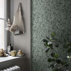 Hannes dark green is a marble-like wallpaper that is beautiful and serene, yet both changeable and vibrant. Here in a beautiful dark green colourway which gives the walls a certain elegance. Well Decor, Decor, Interior Trend, Scandinavian Wallpaper, Wall Wallpaper, Interior Inspo, Green Wallpaper, Home Decor, Eclectic Wallpaper