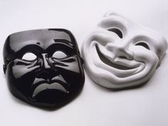 Sophia-Masques-J'ai mis des masques parce que je pense que toutes les personnes dans ce livre couche derrière un masque de quelque sorte ou un autre. Jean Valjean est un bon exemple parce qu'il a caché son passé par faire semblant qu'il est quelqu'un d'autre. Il a mentir et fait des déguises pour qu'il pourrait être respecté. Ses nombreux masques inclure Mr. LeBlanc, le père de Cosette et Monsieur Madeleine. Fantine a porté un masque pour cacher Cosette et