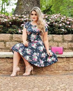 Este posibil ca imaginea să conţină: 1 persoană Classy Casual, Classy Chic, Dress Sites, Curvy Bikini, Girl Photography Poses, Plus Size Fashion, Dress Skirt, Summer Dresses, Clothes For Women