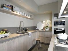 Interieurideeën   Wit, beton en hout, strak keukeneiland Door Bloemkool