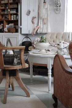 Viikonlopun iloksi Hvitur Lakkris  blogistin maalaisromanttista tavaraa myyvän Mor Ágústas-Garage  kaupan kuvia.     A cosy shop Mor Ág...