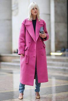 Linda Tol from Best Street Style From Paris Fashion Week Fall 2017 Tip: It's time to rethink pink. Pink Fashion, Colorful Fashion, Paris Fashion, Winter Fashion, Fashion 2016, Bohemian Fashion, Petite Fashion, Fashion Dresses, Caroline Daur