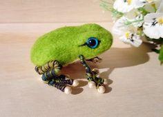 羊毛フェルト作品ですカエルの前・後ろの指にコットンパールを使った、ちょっぴりセレブなカエルさんです(´∀`)胴体にアップルグリーン色...|ハンドメイド、手作り、手仕事品の通販・販売・購入ならCreema。