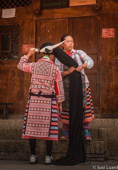 Chine, Miao, longues cornes. Les Miaos vivent en Chine, nord du Vietnam , le Laos , la Birmanie (Myanmar) et la Thaïlande et comprennent les Hmong , Hmub , Xong (Qo-Xiong), et A-Hmao .