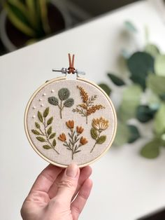 Botanical hand embroidery hoop By MatryoshkaDollShop. Floral botanical embroidery, cross stitch leaves and flowers, hand stitch botanical hoop, fall flowers needlepoint Hand Embroidery Art, Floral Embroidery Patterns, Simple Embroidery, Modern Embroidery, Embroidery Kits, Cross Stitch Embroidery, Embroidery Hoops, Hungarian Embroidery, Contemporary Embroidery