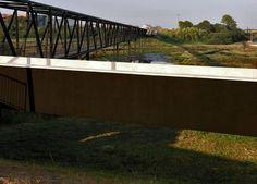 Ponte Pedonale Sul Torrente São Pedro - Aveiro, Portugal / João Luís Carrilho da Graça