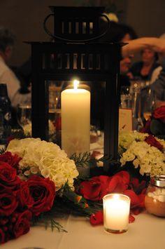 lovely centerpiece for a winter wedding #WeddingTablescape