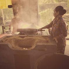 Essas senhoras esto fazendo macarro oriental uma das comidas maishellip