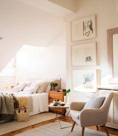 Dormitorio principal en buhardilla con cuadros y butaca 00449158