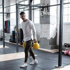 Although most of us, as men, seem to be sloppy about clothing, in most cases we attach importance to quality … Men's Activewear, Fashion Menswear, Mens Fashion, Moda Academia, Dressings, Expensive Clothes, Gym Style, Modern Man, Mens Fitness