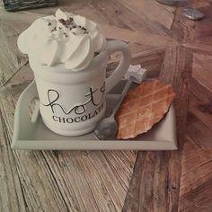 Wat een weer ☔ Dan maar lekker binnen onder een plaidje met een warme chocomelk, lekker wafeltje en heel veel slagroom 😋Fijne woensdag!! #rivieramaisonaddict #rivieramaison #rivieramaisonlovers #hotchocolate #wafels