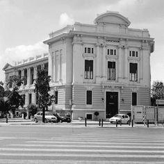 Το Σαρόγλειον, η Λέσχη Αξιωματικών, ξεκίνησε να χτίζεται το 1924 και ολοκληρώθηκε το 1932 σε σχέδια του αρχιτέκτονα Αλεξ. Νικολούδη