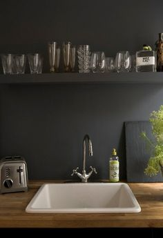 a clean kitchen: the perfect kitchen counter with slate-black walls