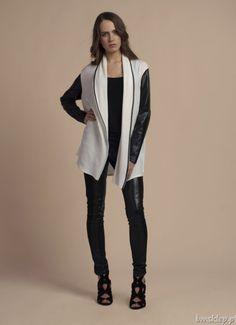 """Szalenie modne połączenie delikatnej dzianiny swetra z miękką eko skórą na rękawach. Luźny, niezapinany #fason łaskawie opływa sylwetkę, """"kropką nad i"""" jest wykończenie czarną lamówką szalowego kołnierza, która świetnie kontrastuje z kolorem dzianiny.... #Swetry - http://bmsklep.pl/swetry"""