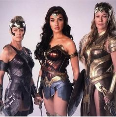 General Antiope, played by Robin Wright, Diana Prince/Wonder Woman played by Gal Gadot and Queen Hippolyta played by Connie Nielsen. Gal Gadot Wonder Woman, Wonder Woman Movie, Wonder Woman Cosplay, Super Héroine Marvel, Marvel Dc, Robin Wright, Super Heroine, Wander Woman, Linda Carter