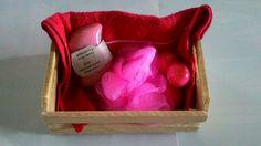 Kit banho / sabonetes artesanais / Mamãe3Love O kit contem, 1 mini caixote de madeira, 1 sabonete glicerinado de açaí e 3 mini sabonete de morango, 1 esponja de banho e 1 toalha de mão R$ 18,00 Contato (32) 9 91504446