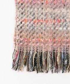 ファンシーヤーンフリンジ ストール / 組曲 【公式通販】オンワード・クローゼット Weaving Textiles, Weaving Patterns, Tapestry Weaving, Hand Stitching, Felting, Fiber Art, Loom, Organic, Texture