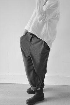 chemise à plis en lin blanc, pantalon droit en chevrons gris