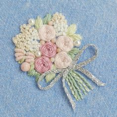 *春色の淡い色を組み合わせて、花束を。  *  *  *    パールとピンクシェル、インカローズを飾りました。  *  *  *  ブローチに仕立てます。  *  *  ただ今、オーダーは納品までに1ヶ月ほど頂いています。  *  #花束#薔薇 #embroidery#刺繍 #Bouquet #DMCembroidery #刺繍作家 #フランス刺繍  #embroideryart #花輪#手芸 #お花のブローチ#em_hm #春 #インテリア#刺繍ブローチ#作り手#薔薇#vintage #デコレーション #ジュエル刺繍 #atelierao #刺繍教室 #作家 #자수#stickerei  #アトリエアオ #薔薇の花束 #broderie#вышивка #MayuKashimoto