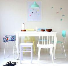 Pon sillas de varios colores para darle un toque original a tu comedor