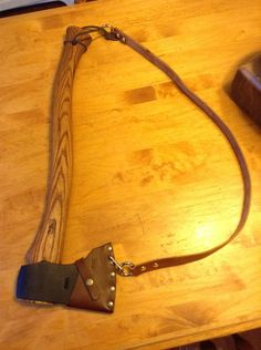 With braided twine attach to end of handle and make a cap for bladed part that only stays on by weight when on back but twine attaches to hole in cap so its easy to pull off Axe Sheath, Knife Sheath, Crea Cuir, Beil, Bushcraft Gear, Bushcraft Camping, Diy Cutting Board, Wood Cutting, Survival Tools