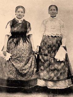 Bácskai magyar leányok. Folk Costume, Costumes, Folk Dance, Hungary, Nerdy, Military, Traditional, History, Folk Clothing