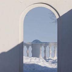№ 7 - 194 ♥  Снег такой чистый, что переливается радугой. Так и манит упасть в сугроб!❄️ The whitest snow in Peterhof❄️  #parkday #деньпарков