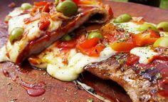matambre a la pizza a puntito de comer, debes servirlo calientes y puedes acompañarlo con unas papas y tomar con una coca o bien con cerveza.Si te ha agrada