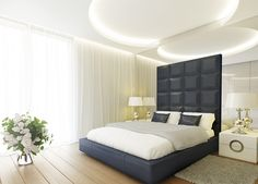 Nowoczesna sypialnia w willi w Jaroszowej Woli. W projekcie wnętrz uwzględniono nowatorskie połączenie szkła, luster i materiałów obiciowych.