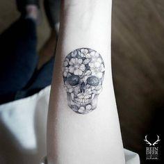 Little Tattoos Feminine Skull Tattoos, Floral Skull Tattoos, Tatto Skull, Skull Tattoo Flowers, Sugar Skull Tattoos, Skull Tattoo Design, Tattoo Designs, Flower Skull, Tattoo Arm