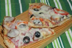 Pizza la tigaie Dessert Drinks, Desserts, Green Bell Peppers, Pizza Recipes, Ketchup, Pancakes, Tacos, Good Food, Spices