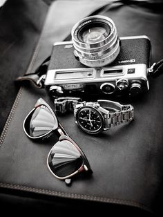 Yashica Electro 35, Ray-Ban, Omega. :-) Yashica Electro 35 , 1966r. It was the first electronically controlled camera, operating mainly in an aperture priority 'auto' mode. The only other modes of operation are 'flash' (1/30th) and 'bulb'.