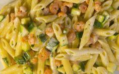 Pasta con panna, gamberetti e zucchine - Oggi vi mostro come preparare una ricetta saporitissima realizzata con le delizie del mare e della terra: la pasta con panna gamberetti e zucchine.