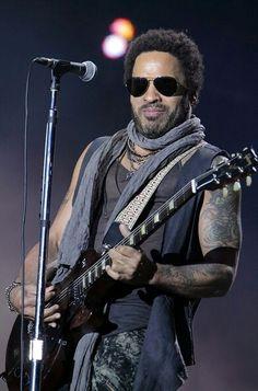 """https://m.facebook.com/LabandaRockpop  El 26 de mayo de 1964 nacé Leonard Albert «Lenny» Kravitz (Nueva York) es un cantante, actor, compositor, multiinstrumentista y productor estadounidense, cuyo estilo incorpora elementos del blues, rock, soul, funk, reggae, hard rock, folk y balada.  Además de ser la voz principal y las de apoyo, a menudo toca todas las guitarras, bajo, batería, teclados y percusión él mismo cuando graba. Lenny ganó el premio Grammy al """"Best Male Rock Vocal Performance""""…"""