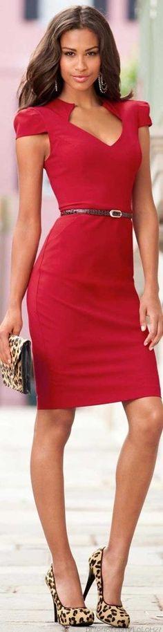 Kırmızı bir elbisede hayvan desenli aksesuarlar kullanın...